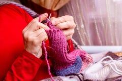 Kobieta w położenia wygodnych domowych dzianinach grże skarpety dla winter_ zdjęcia stock