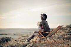 Kobieta w pokładu krześle Zdjęcia Stock