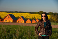 Kobieta w polu domami Zdjęcia Royalty Free