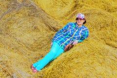 Kobieta w polu na tle słomiane bele zdjęcie stock
