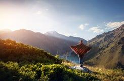 Kobieta w poncho przy górami Obrazy Stock