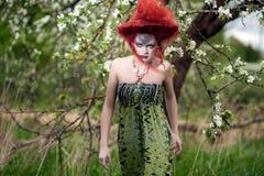 Kobieta w projekta kapeluszu outdoors sukni i Obrazy Stock