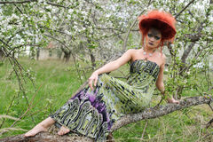 Kobieta w projekta kapeluszu outdoors sukni i Zdjęcie Stock