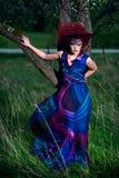 Kobieta w projekta kapeluszu outdoors sukni i Zdjęcie Royalty Free