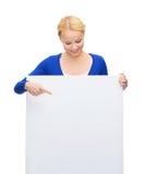 Kobieta w przypadkowych ubraniach z pustą białą deską zdjęcie stock