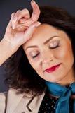 Kobieta w przypadkowym nowożytnym stylu na czarnym tle z ręką blisko Zdjęcie Stock