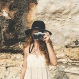 Kobieta w przypadkowym używa kamera zdobyczu coś Obrazy Royalty Free