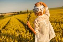 Kobieta w pszenicznym polu Zdjęcia Stock