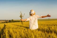 Kobieta w pszenicznym polu fotografia royalty free