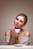 Kobieta w pulowerze z filiżanką aromatyczna kawa Fotografia Royalty Free