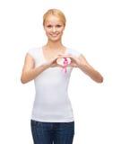 Kobieta w pustej koszulce z różowym nowotworu faborkiem fotografia stock