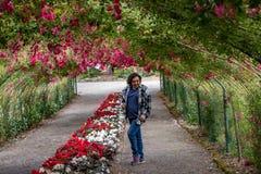 Kobieta w róża tunelu zdjęcie stock