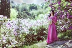 Kobieta wśród lilych krzaków Obraz Stock