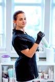 Kobieta w rękawiczkach z antibacterial kiścią i obrazy royalty free