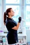 Kobieta w rękawiczkach z antibacterial kiścią i obraz stock