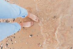 Kobieta W relaksie Na Tropikalnej pla?y z piaskiem fotografia stock
