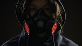 Kobieta w respiratorze na ciemnym tle, rozblaskowego światła alarm, ochrony pojęcie zbiory