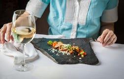 Kobieta w restauracyjnym łasowaniu rybi jedzenie Obraz Royalty Free