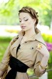 Kobieta w retro stylu w mieście Obrazy Royalty Free