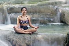 Kobieta w retro swimsuit robi joga Zdjęcie Stock