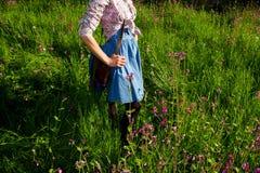 Kobieta w retro ubraniowej pozyci wśród kwiatów Obraz Stock
