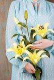 Kobieta w rocznika błękita sukni mienia lelui żółtym kwiacie zdjęcia royalty free