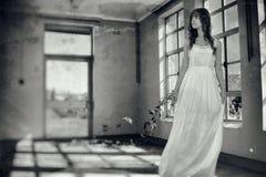 Kobieta w rocznika przerażającym pokoju obrazy stock