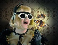 Kobieta w rocznika stylu z motylami na Tradycyjnym Obraz Stock