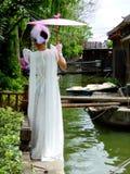 Kobieta wśrodku Xitang antycznego miasteczka Fotografia Stock