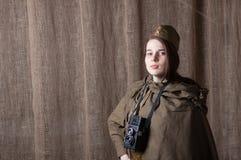 Kobieta w Rosyjskim wojskowym uniformu z kamerą Żeński wojenny korespondent podczas drugi wojny światowa fotografia stock