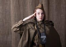 Kobieta w Rosyjskim wojskowym uniformu z kamerą Żeński wojenny korespondent podczas drugi wojny światowa zdjęcia royalty free