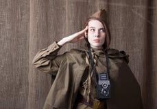 Kobieta w Rosyjskim wojskowym uniformu z kamerą Żeński wojenny korespondent podczas drugi wojny światowa zdjęcie stock