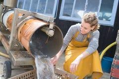 Kobieta w rybołówstwo fabryce fotografia stock