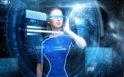 Kobieta w rzeczywistość wirtualna szkłach nad przestrzenią Zdjęcia Stock