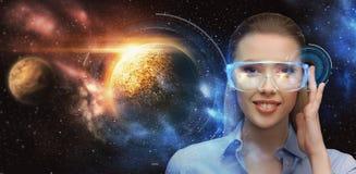 Kobieta w rzeczywistość wirtualna szkłach nad przestrzenią Zdjęcie Stock