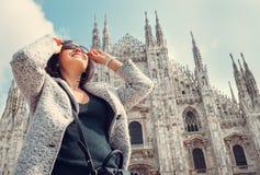 Kobieta w słońca oka szkłach zostaje blisko Doumo di Milano Obraz Stock