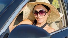 Kobieta w słomianego kapeluszu napędowym samochodzie Fotografia Royalty Free