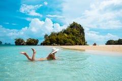 Kobieta w słomianego kapeluszu Tajlandia odpoczynkowej tropikalnej plaży fotografia royalty free