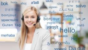 Kobieta w słuchawki nad słowami w językach obcych obraz royalty free