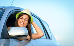 Kobieta w samochodowy ono uśmiecha się obraz stock