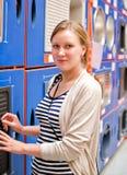 Kobieta w sanitarnym sklepie. Fotografia Royalty Free