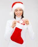 Kobieta w Santa kapeluszu z prezent pończochą i pudełkiem Obraz Stock