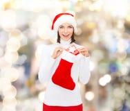 Kobieta w Santa kapeluszu z prezent pończochą i pudełkiem Fotografia Royalty Free
