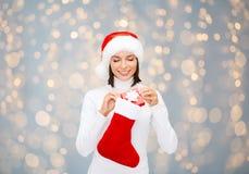 Kobieta w Santa kapeluszu z prezent pończochą i pudełkiem Obrazy Royalty Free