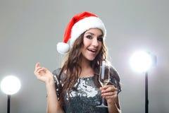 Kobieta w Santa kapeluszu z szkłem szampan Zdjęcie Royalty Free
