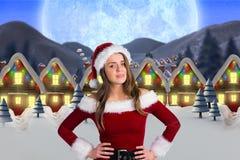 Kobieta w Santa kostiumowej pozyci przeciw cyfrowo wytwarzającemu tłu Fotografia Royalty Free