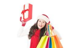Kobieta w Santa mienia kapeluszowych torba na zakupy excited Zdjęcia Royalty Free
