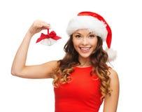 Kobieta w Santa pomagiera kapeluszu z dźwięczenie dzwonami Fotografia Royalty Free