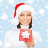 Kobieta w Santa pomagiera kapeluszu z małym prezenta pudełkiem Obraz Stock