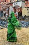 Kobieta w saree żywieniowych gołębiach na ulicie w Agra, India Obrazy Stock
